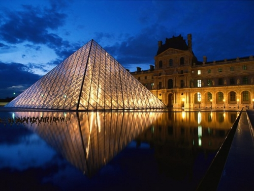pyramid_at_louvre_museum_paris_france1_qlzt.jpg